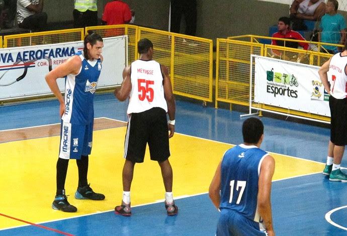 Basquete Jerome Meyinsse e Juan Torres Flamengo e Macaé (Foto: Fábio Leme)