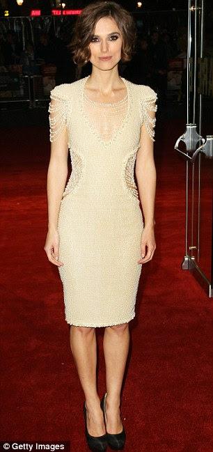 Keira Knightley mostra painéis laterais sutis para curvas femininas