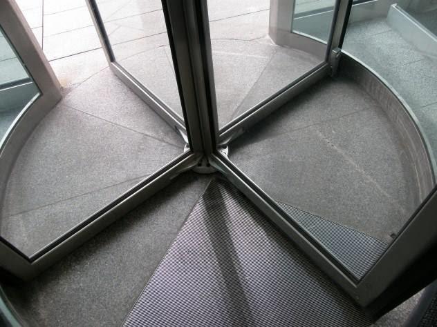 Фото. Вращающиеся двери