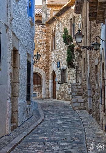Typical back street in old Sitges, Spain. por Dennis Cluth