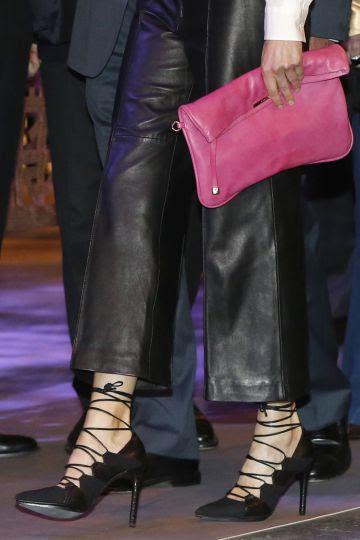 Detalle de los zapatos y el bolso de la reina Letizia, durante la inauguración de ARCO.