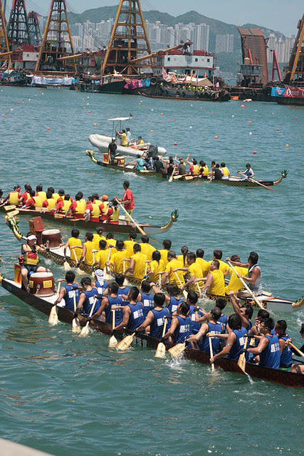 Dragonboats heading back to the startline