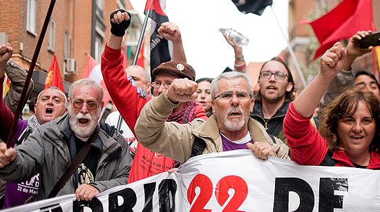 Los manifestantes durante su paso por la calle de Pedro Laborde. (© Foto: PABLO VELASCO / Vallecasweb.com)