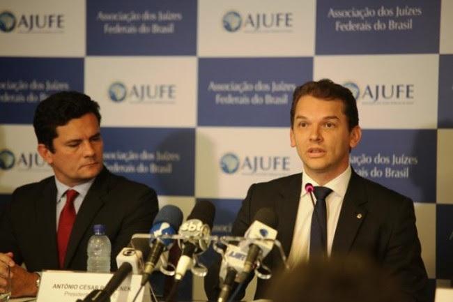 Juiz Sérgio Moro ao lado do presidente da Ajufe, Antônio César Bochenek