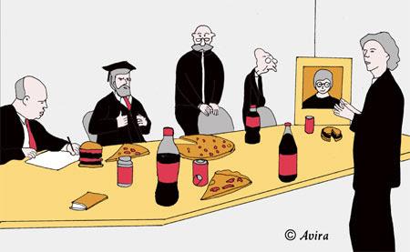 המרצים השובתים מנהלים את הדיון סביב שולחן עמוס ב'גאנק פוד