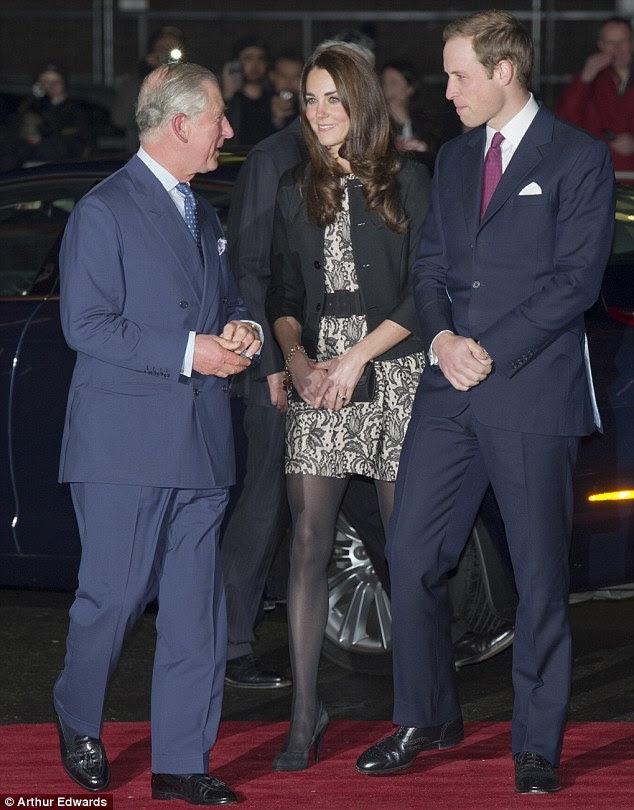 Meninos em azul: Kate foi recebido por seu marido e do Príncipe de Gales, quando ela saiu de seu carro