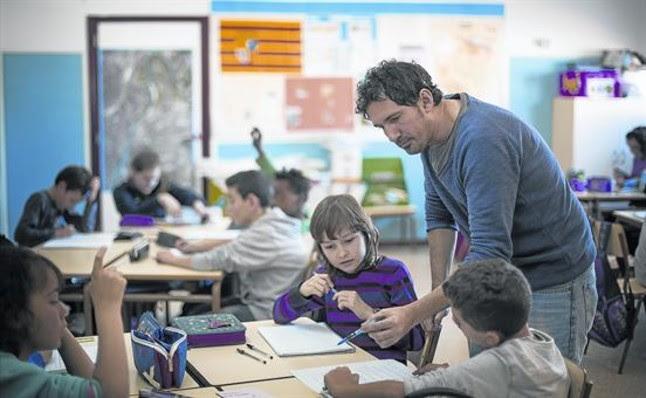 César Bona, con un grupo de alumnos de 5º A del colegio Puerta de Sancho de Zaragoza, a los que imparte clases de inglés, el pasado miércoles.