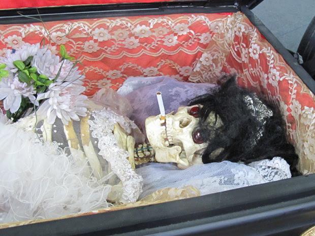 """Esqueleto vai de """"passageiro"""" no caixão (Foto: Rafael Miotto/ G1)"""