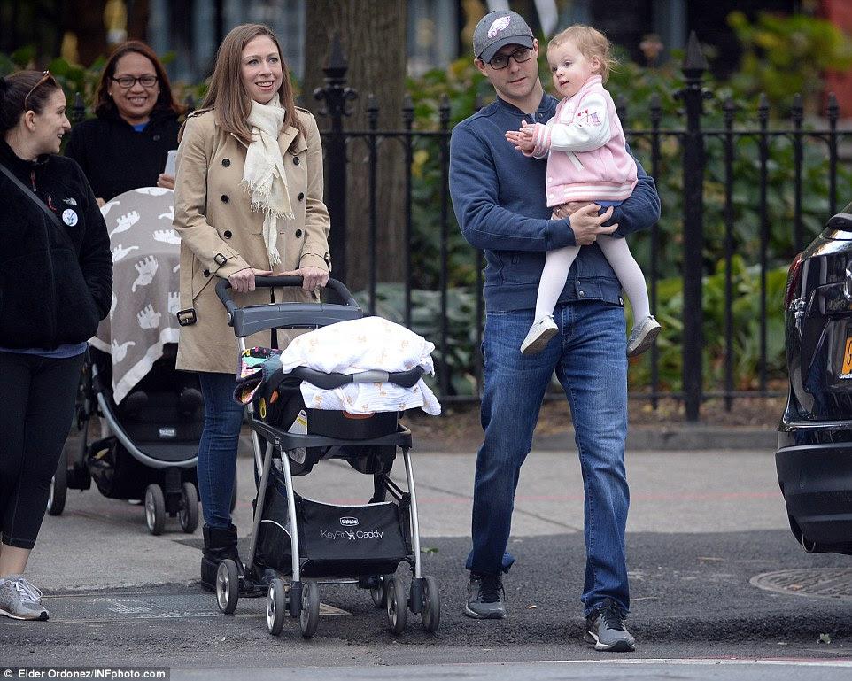 Chelsea Clinton voltou para Nova York depois de passar a noite campanha anterior com sua mãe (acima com Marc Mezvinsky e filha Charlotte)