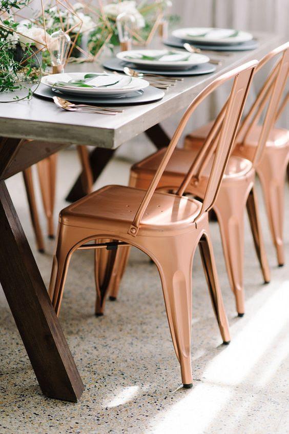 Kupfer-Stühle für eine industrielle Tischdekoration und passender geo-Mittelstücke
