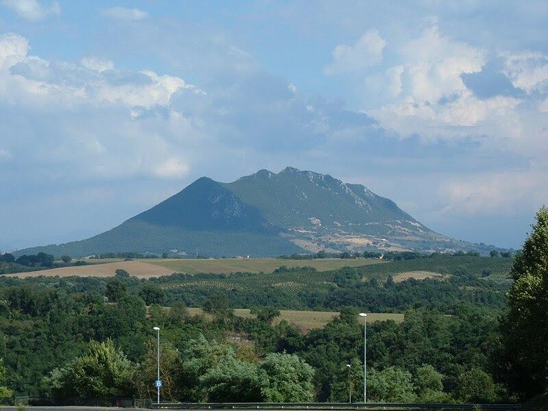File:Monte Soratte visto da Civita Castellana.JPG