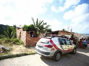 Corpo de criança foi achado  no bairro do Fernão Velho.  (Foto: Jonathan Lins/G1)