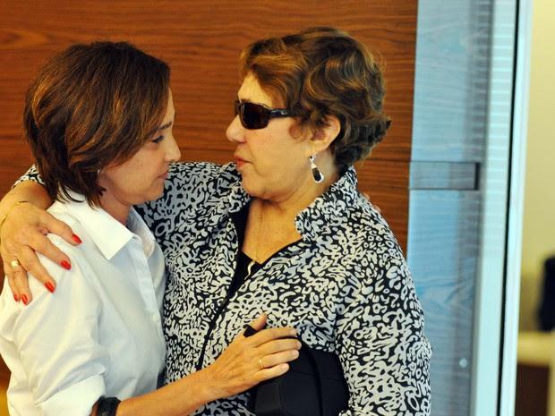 A esposa de Niemeyer, Vera Lúcia Niemeyer chega ao hospital após morte do marido, o arquiteto Oscar Niemeyer (Foto: Luiz Roberto Lima / Futura Press / Estadão Conteúdo)