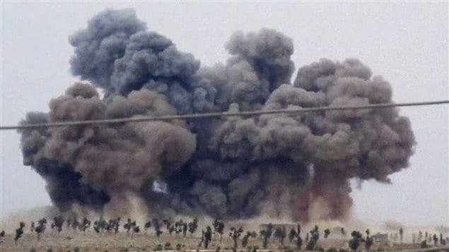 De la fumée en Syrie après un raid aérien russe, le 30 septembre 2015