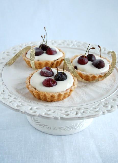 Cherry and almond tartlets / Tortinhas de cereja e amêndoa