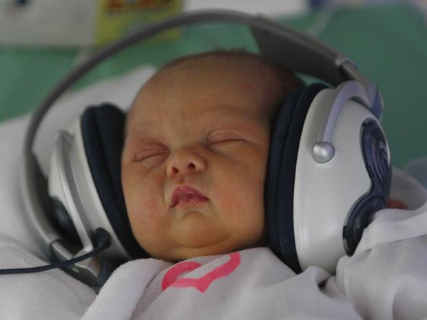 Terapia toca música para recém-nascidos (Foto: AP Photo / Petr David Josek)