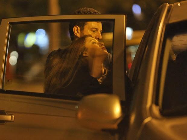 Josué coloca Isis dentro do carro (Foto: Pedro Curi/ Gshow)