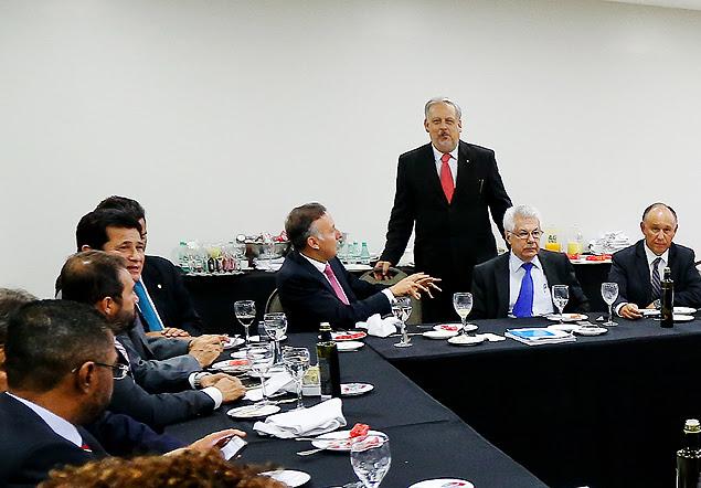O petista deputado Arlindo Chinaglia (sentado à dir., de gravata azul) em reunião com ministros e aliados
