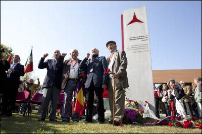 José Carrillo, rector de la UCM, y los excombatientes David Lomon, Joseph Almudever, Erik Ellmann y Vincent Almudever, ayer sábado, junto al monumento con la estrella de tres puntas, el distintivo de las Brigadas Internacionales.