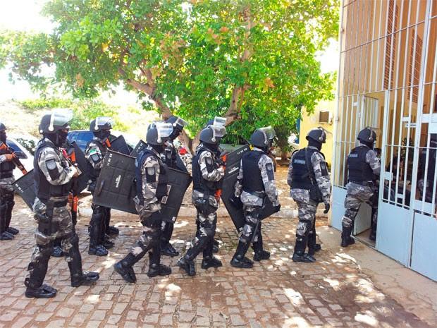 Policiais do BPChoque realizam vistoria na Penitenciária de Alcaçuz (Foto: Henrique Dovalle/G1)