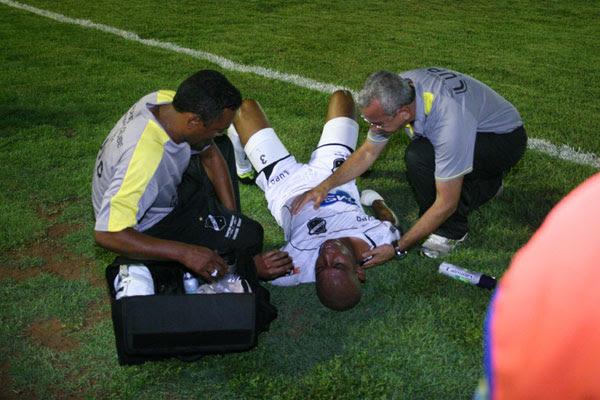 Machucado, Flávio Boaventura deixou o campo e corre risco de ficar fora o resto do Campeonato