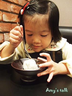 吃冰淇淋的可愛小若