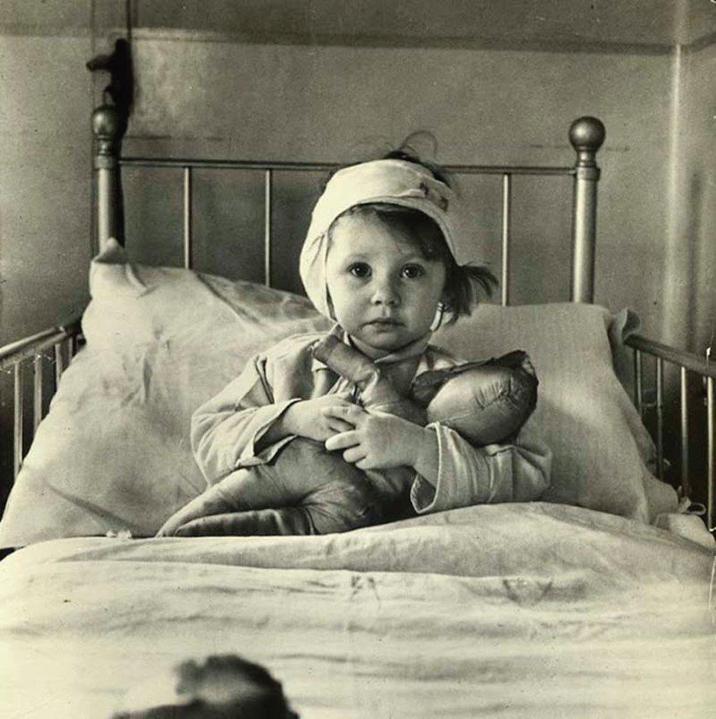Por que as crianças adoecem? Para mostrar como o pecado original afetou todos nós, até os inocentes.