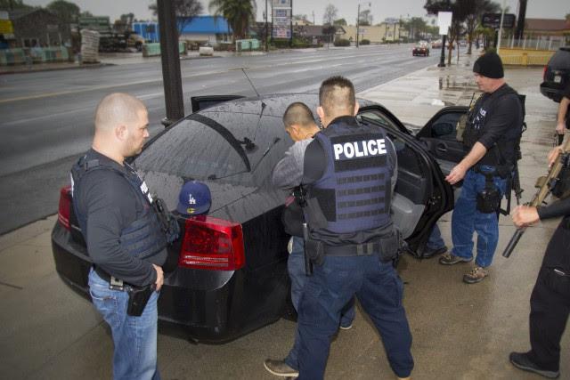 Des agents des services d'immigration ont arrêté 160personnesà... (AP)