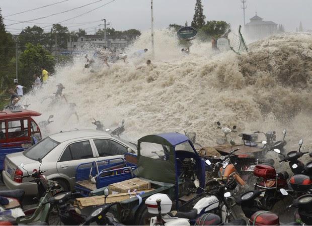 Ondas gigantes atingem o leste da China (Foto: AP)