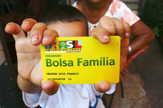 Garoto mostra cartão do benefício do Bolsa Família, que não terá reajuste   Foto: Edson Silva/Folhapress