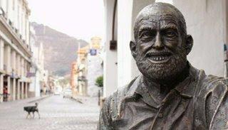 """Resignifican la estatua del """"Cuchi""""en la calle Caseros"""