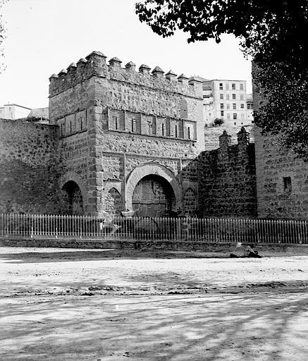Puerta de Alfonso VI entre el 24 y el 26 de septiembre de 1899. Fotografía de Petit. Société Française d'Archéologie et Ministère de la Culture (France), Médiathèque de l'architecture et du patrimoine (archives photographiques) diffusion RMN