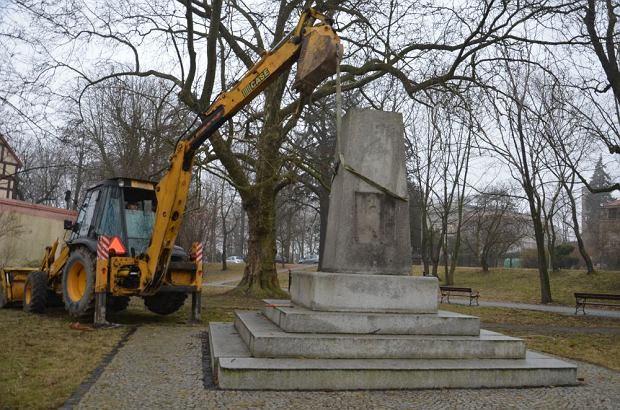 Znalezione obrazy dla zapytania zburzone pomniki przez PiS