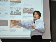 立教大学でプレゼンの仕方について講演する日本マイクロソフトの西脇さん。身ぶり手ぶりを加え、聴衆を巻き込む