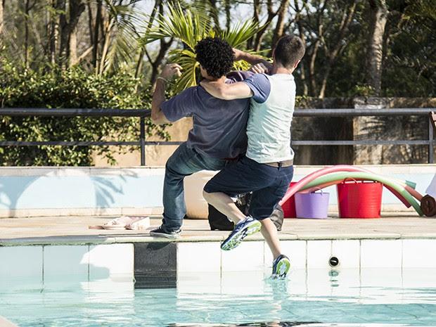 Gustavo e Emerson caem na piscina do clube (Foto: Raphael Dias/Gshow)