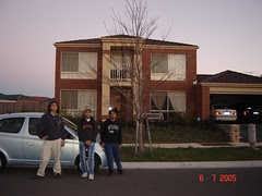 Di Depan Rumah Banglo Sam & family di Melbourne, Australia