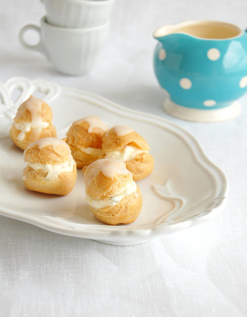 Passion fruit cream profiteroles / Profiteroles com recheio de maracujá