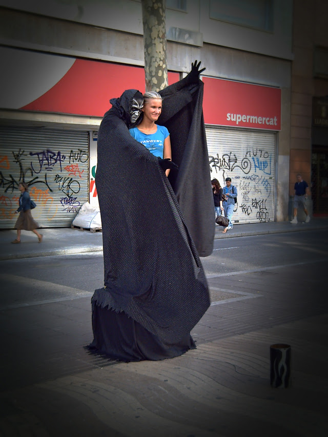 Barcelona Living Statues: Scary Embrace