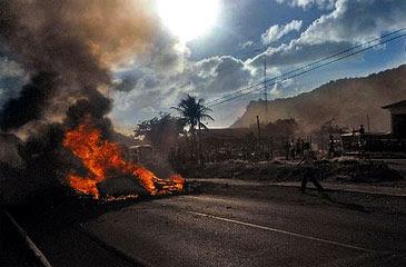 Manifestação interditou a BR-363 e fez turistas perderem voo. Na Um incêndio atingiu a vegetação às margens do aeroporto (Naldo Soares/Divulgação)