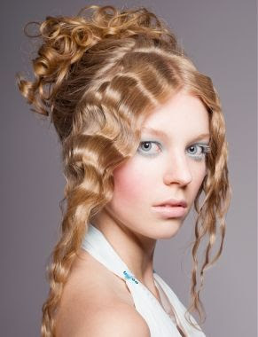 Acconciature con capelli mossi raccolti Beauty