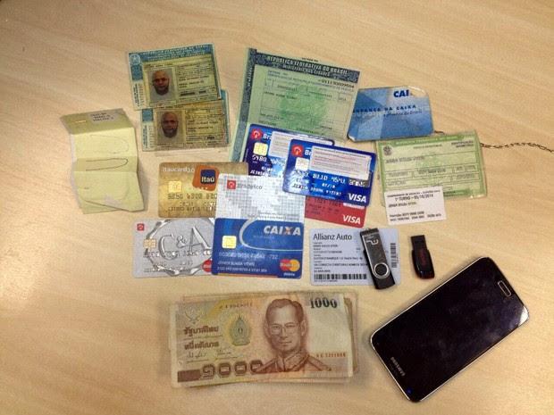 Polícia Federal apreendeu com o colombiano cédulas de países diversos e documentos falsos (Foto: Divulgação/Polícia Federal)