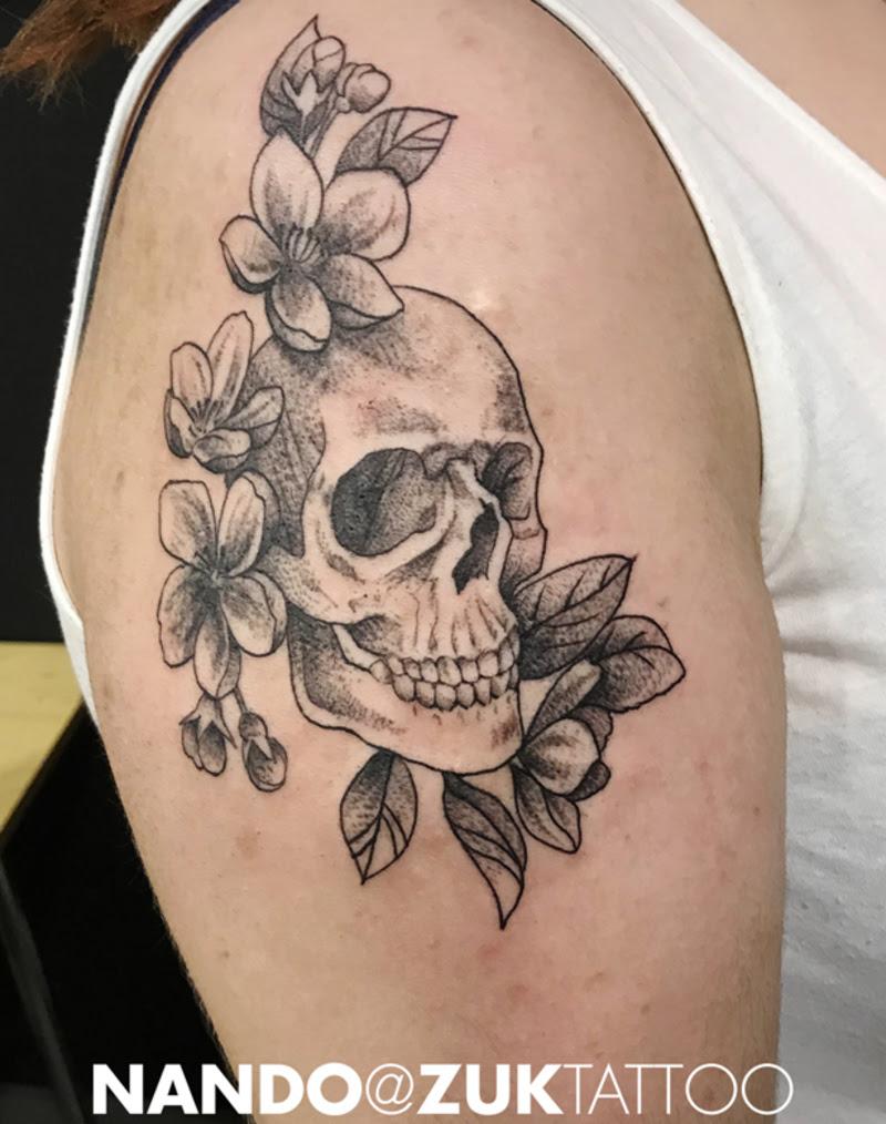 Tatuaje Dotwork Con Una Calavera Y Rosas