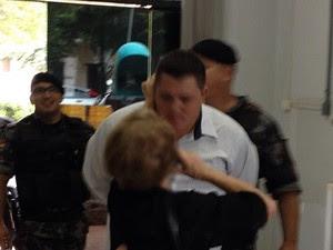 Policiais militares observam 'puxão de orelha' em suspeito de tentar golpe (Foto: Tiago Avila, divulgação/Grupo Repórter)