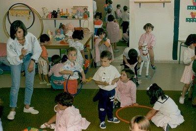 Primer día de clase de Aitor (centro), en clase de Itziar (hacia 1989)