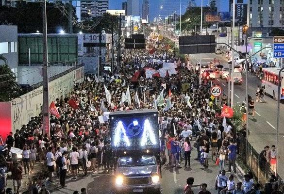 SINTE_RN: Manifestantes tomam as ruas do Brasil para defender a educação; ato em Natal arrasta multidão