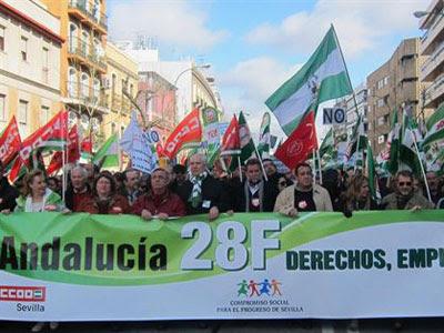 Los consejeros de IU en el Gobierno andaluz se sitúan en la cabecera de la marcha de Sevilla.