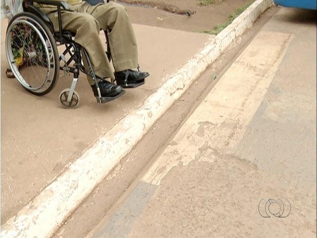 Vala não permite que cadeirantes atravessem para a estação de ônibus no jardim Aureny III (Foto: Reprodução/TV Anhanguera)