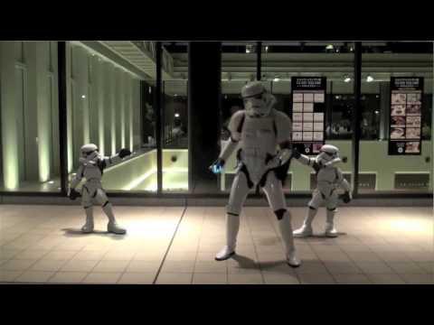 Video que muestra una version muy moderna y basada en star wars de la canción de cantando bajo la lluvia