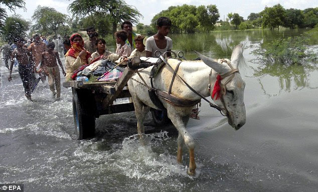 Flood victims fleeing the Shah Jamal near Muzaffargarh in Punjab