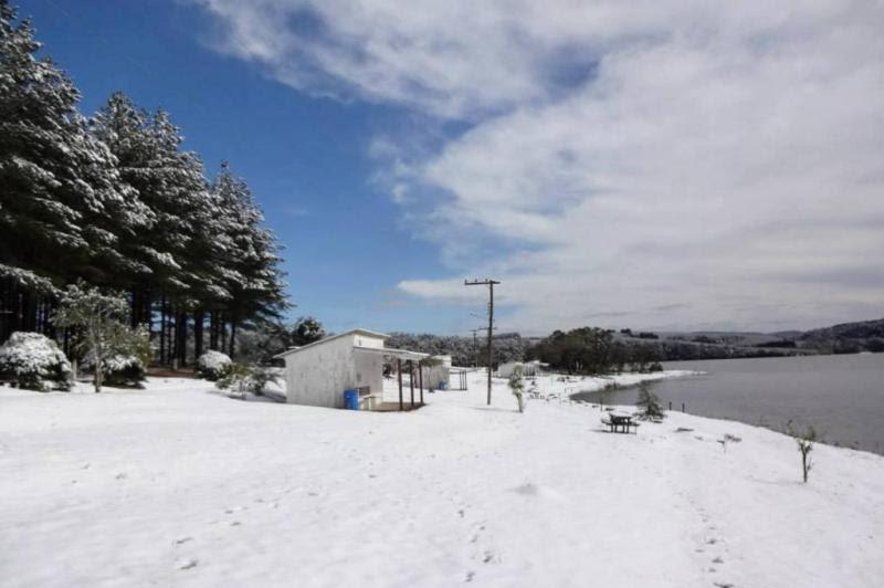 A leitora Priscila Rückl registrou a neve em Rio Negrinho. As fotos tiradas no Camping Lago Azul, ao lado da represa.:imagem 3